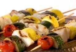 Рибни шишчета със сос чимичури с босилек